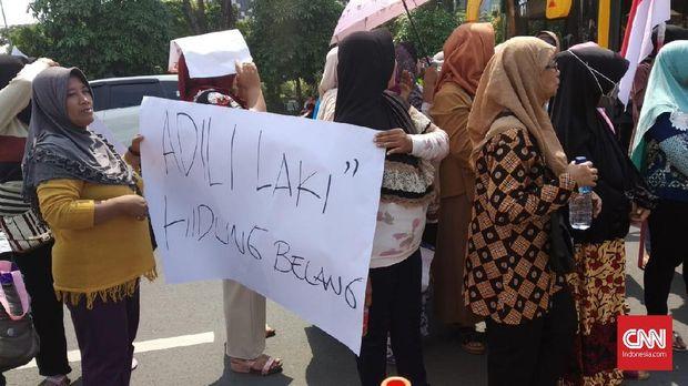 Demo Forum Emak-emak Jawa Timur menentang prostitusi online dan penyewanya.