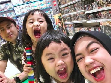 Nggak tanggung-tanggung, Ria Ricis suka mengajak keponakannya jalan dan mengunjungi toko mainan. (Foto: Instagram @riaricis1795)