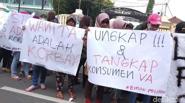 Emak-emak Demo Polda Jatim, Beri Dukungan untuk Vanessa Angel
