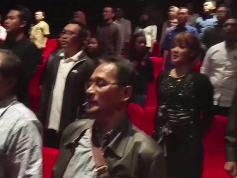 Nonton Keluarga Cemara, Menpora dan Nirina Zubir Nyanyikan Indonesia Raya