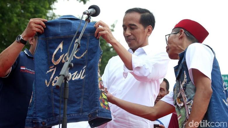 Jokowi Semringah Dapat Jaket Jins Bertuliskan Cak Jokowi