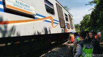 Petugas Evakuasi Kereta Malabar yang Anjlok di Ciamis