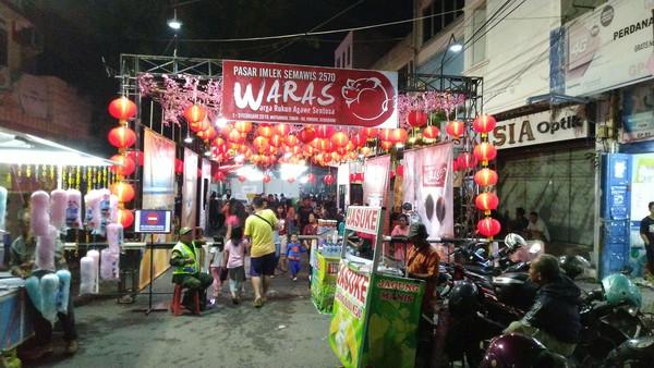 Pasar Imlek Semawis yang dibuka mulai tanggal 1 hingga 3 Februari 2019 itu cukup ramai pengunjung dari berbagai etnis bahkan mancanegara. Para pengunjung biasanya berburu kuliner mulai dari makanan tradisional hingga yang kekinian (Angling/detikTravel)