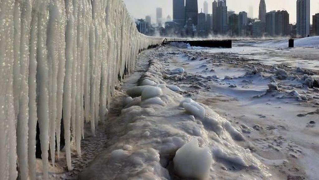 Cuaca Ekstrem di AS Bikin Sungai hingga Jalan Jadi Es
