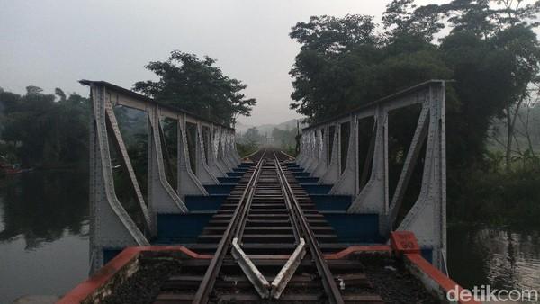 Latar foto populer di Desa Sumurup adalah jembatan besi baja yang berdiri kokoh di atas aliran Rawa Pening (Aji Kusuma/detikTravel)