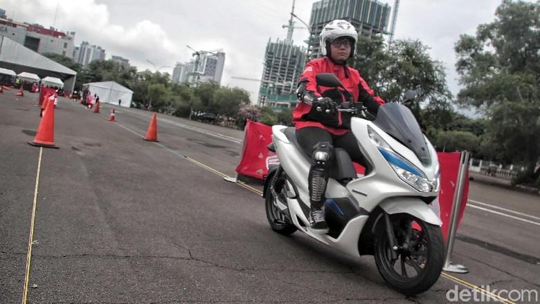 PT Astra Honda Motor (AHM) baru saja melahirkan secara resmi motor listrik pertamanya, PCX Electric. Namun sayang, motor belum dijual untuk khalayak ramai.
