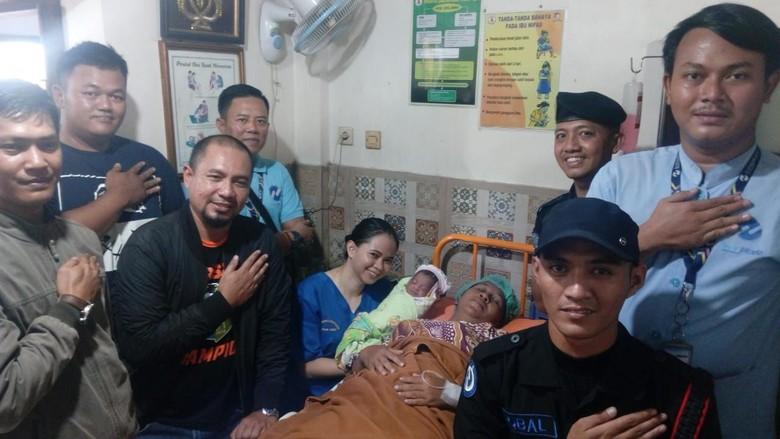 Seorang Ibu Melahirkan di Bus TransJakarta