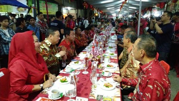 Di Pasar Imlek Semawis yang digelar di Pecinan Semarang selalu digelar dua meja dengan panjang lebih dari 100 meter untuk menampung sekitar 400 orang. Itulah Tok Panjang (Angling/detikTravel)