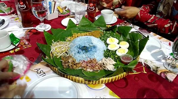 Hidangan utamanya berupa nasi warna biru dengan nama nasi ulam bunga telang, asimilasi peranakan Malaysia dan Singapura. Disajikan dengan wadah tampah dan dikelilingi srundeng, telur, gereh, satu tampah bisa dinikmati oleh 4 orang (Angling/detikTravel)