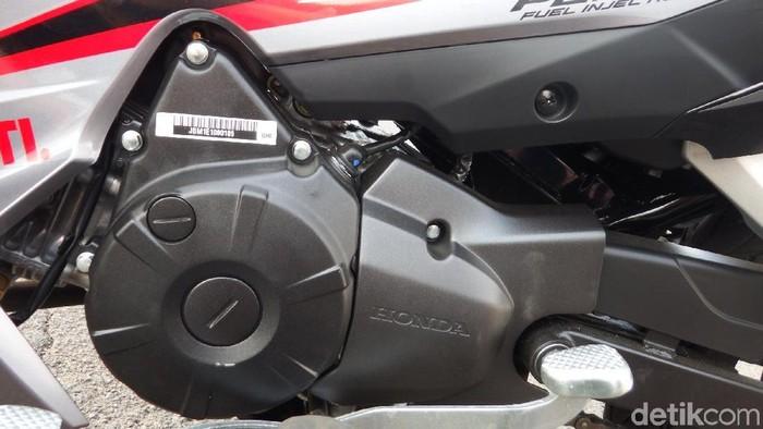 Honda akhirnya benar-benar memperkenalkan Honda Blade terbaru. Motor bebek andalan Honda itu kini menggendong mesin 125 cc dengan sistem injeksi. Harganya? Mulai dari Rp 15.350.000 on the road di Jakarta.