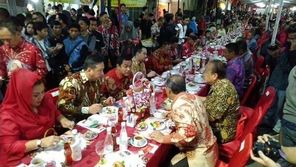 Wali Kota Semarang, Hendrar Prihadi hingga masyarakat biasa menikmati hidangan di Tok Panjang. Inilah inti Imlek, mempertemukan saudara yang terpisah (Angling/detikTravel)