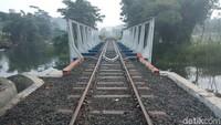 Ini adalah ciri khas tepian Rawa Pening, yakni rel kereta api kuno peninggalan zaman kolonial Belanda. Hanya ada tiket parkir saja jika traveler hendak menikmati spot ini (Aji Kusuma/detikTravel)