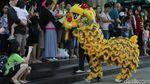 Aksi Barongsai Keliling Mal di Gajah Mada Plaza