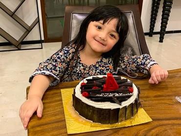 Pada 14 Desember 2018, Acio genap berusia 4 tahun. Dikasih surprise tengah malam plus kue ulang tahun. (Foto: Instagram @queenarsy)