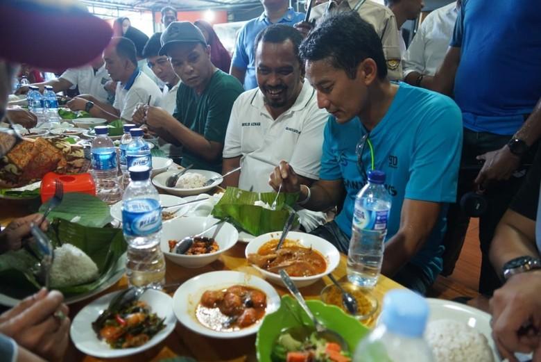 Gaya Sandiaga Uno Cicipi Ayam Kare hingga Tauco Udang di Aceh