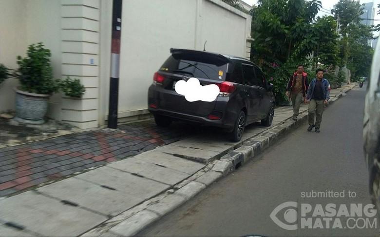 Mobil Parkir di Trotoar, Rebut Hak Pejalan Kaki. Foto: Imam Pujiono/Pasangmata