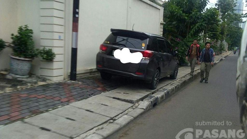 Pejalan Kaki Ngalah gara-gara Mobil Parkir di Trotoar