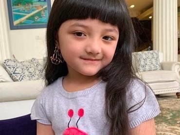 Arsy Addara Musicia Nurhermansyah, nama lengkap gadis cilik yang punya panggilan sayang Acio. Senyumnya manis banget mirip Bunda Ashanty. (Foto: Instagram @queenarsy)