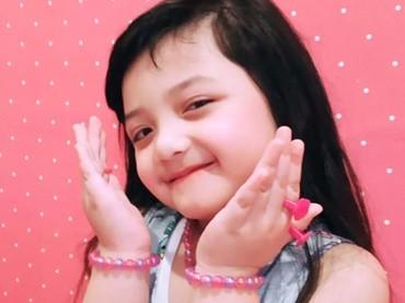 Imut banget deh posenya Acio. Cute little girl lagi pamer asesoris serba pink nih. (Foto: Instagram @queenarsy)