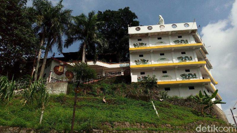 Inilah Vihara Avalokitesvara Sri Kukus Redjo, di puncak Gunung Kalong berketinggian 472 mdpl. Lokasinya di antara perbukitan Kabupaten Semarang, Jawa Tengah (Aji Kusuma/detikTravel)