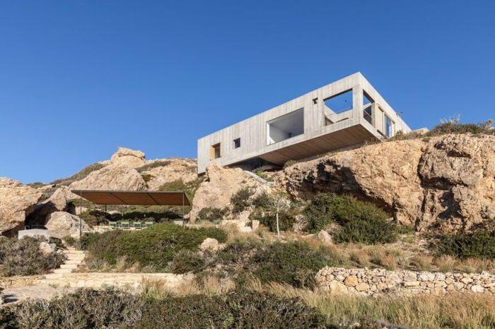 Perusahaan arsitek di Stockholm, OOAK membangun rumah di atas tebing Laut Aegean, kepulauan Karpathos Yunani. Istimewa/inhabitat.