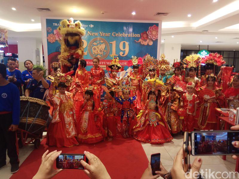 Begini keseruan peserta lomba Chinese Costume Parade yang digelar di Transmart Kawanua Manado akhir pekan lalu. Ada sekitar 20 peserta yang turut serta di acara ini. (Michelle de Jonker/detikTravel)