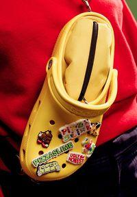Telah Hadir Tas Berbentuk Sendal Crocs Rp 4 Juta, Yay or Nay?