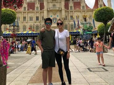 Meski baru memasuki usia 14 tahun, tapi Sean tumbuh lebih tinggi dari sang mama. Tuh, buktinya waktu foto berdua sama si Mama Olla. (Foto: Instagram @seanmikaelalexander)