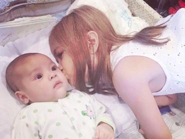 Safeea bisa dibilang kakak penyayang, dari beberapa foto candid ia sering mencium pipi Baby R. Senang ya lihat kakak dan adik kompak seperti itu. (Foto: Instagram @ahmaddhaniprast)