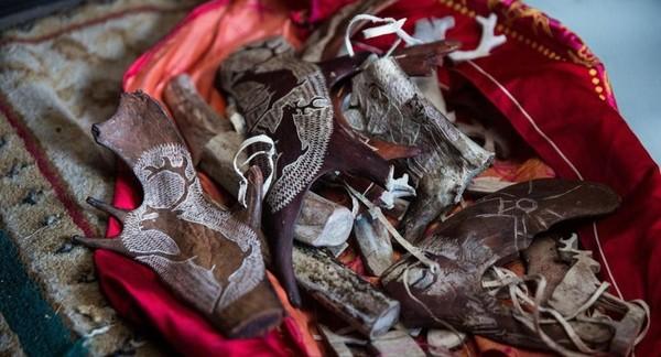 Di musim panas, wisatawan berdatangan ke kamp-kamp Suku Dukha dan belajar tentang kehidupannya. Suku Dukha menyewakan ortz (tenda) dan kuda mereka, bekerja sebagai pemandu dan pengatur dan menjual kerajinan tangan yang diukir dari tanduk rusa gembalaannya (Taylor Weidman/BBC Travel)