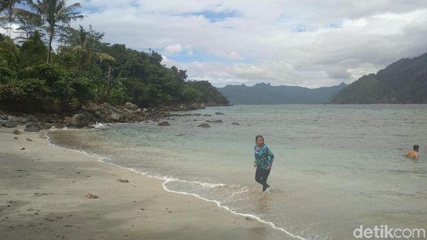 Susi Pudjiastuti di Pantai Mutiara Trenggalek.