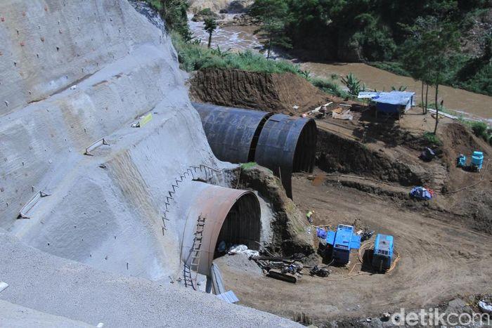 Pembangunan Terwongan Air Nanjung atau Curug Jompong, Margaasih, Kabupaten Bandung, Jawa Barat terus dikebut.