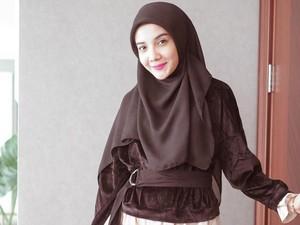Tutorial Hijab Menutup Dada Ala Zaskia Sungkar Pakai Peniti Bohlam