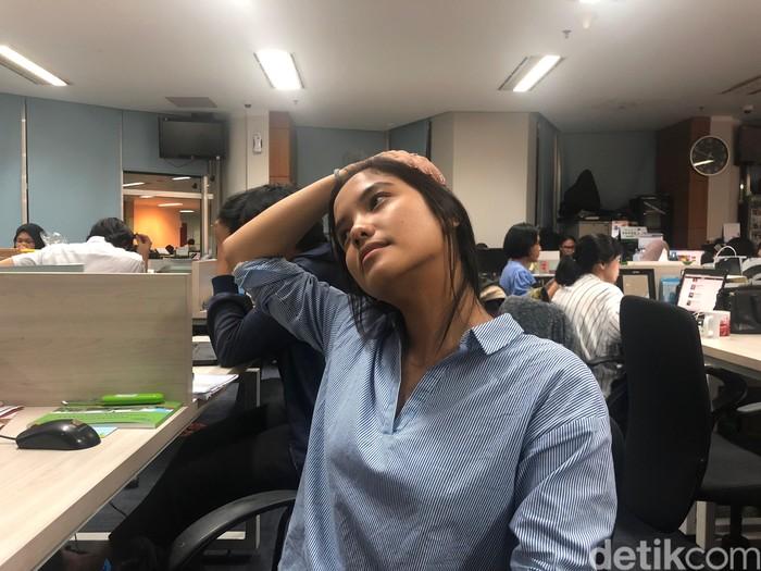 Tarik bagian kepala ke bagian sisi kanan-kiri. Masih belum beranjak dari kursi kantor, Healthy Friends juga bisa melakukan gerakan menarik kepala ke bagian sisi kanan dan kiri, selama 8 hitungan. Tentunya membuat otot-otot bagian kepala menjadi lebih rileks lho. (Foto: Kireina/detikHealth)