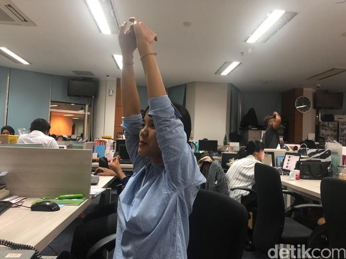 Tarik bagian tangan. Tarik bagian tangan untuk meregangkan otot-otot, untuk variasi selanjutkan dapat lakukan gerakan ini sambil memiringkan bagian tubuh ke sisi kanan dan sisi kiri. Lakukan gerakan ini masing-masing selama 8 hitungan. (Foto: Kireina/detikHealth)