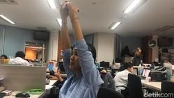 Seharian duduk di kantor pasti bikin pegal. Coba 10 peregangan simpel yang disarankan fisioterapis S Rujito dari Evophysio.id.