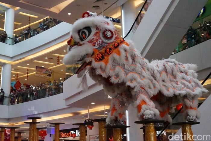 Ini adalah kesenian tradisional China yang menampilkan atraksi para pemain di dalam kostum singa. (Foto: Ayunda/detikHealth)