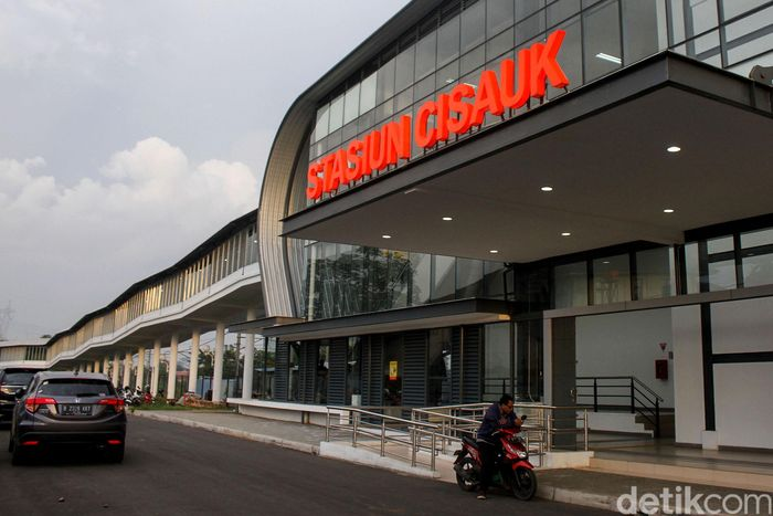 Stasiun Cisauk, Tangerang kini sudah terintegrasi dengan terminal intermoda BSD dan pasar modern. Senin (4/2/2019).