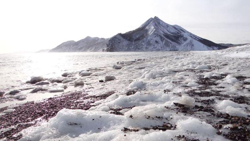 Inilah Pulau Sakhalin. Pantai berpasir hitam membentang sejauh mata memandang dengan hiasan salju (Miquel Ros/CNN Travel)