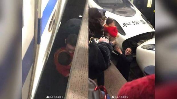Balita itu diselamatkan pegawai stasiun setelah jatuh ke rel kereta cepat