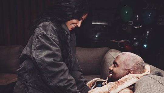 Sweet Couple! Senyum Bahagia Kanye West saat bersama Kim Kardashian