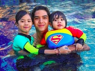 Berenang bersama kakak Al, seru banget kelihatannya ya? ((Foto: Instagram @alghazali7)
