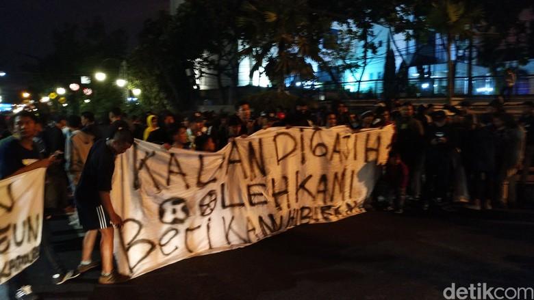 Protes Laga Persib Batal di GBLA, Bobotoh Turun ke Jalan