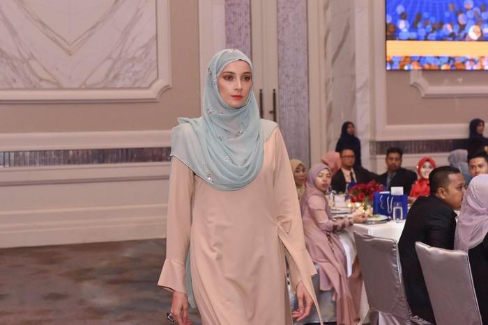 Hijab mewah bertabur swarovski dijual RM 50.000 atau sekitar Rp 170 juta per helai. Foto: Dok. Facebook Bawal Exclusive