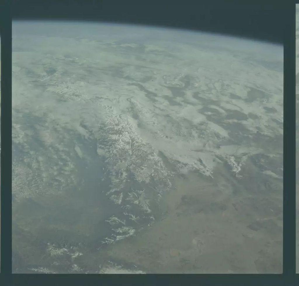 Adalah fotografer bernamaJeremy Dreier yang melakukan pewarnaan foto-foto jadul NASA. Foto: NASA