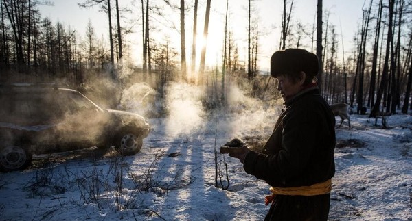 Suku Dukha adalah suku nomaden, yang disebut sebagai Tsaatan dalam bahasa Mongolia berarti orang rusa. Tempat mereka tinggal mengikuti kebutuhan ternak mereka, bergerak di antara kamp musiman di kawasan taiga (Taylor Weidman/BBC Travel)