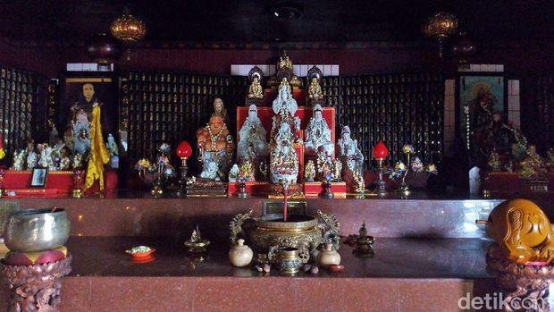 Patung Dewa-dewi di dalam vihara (Aji/detikTravel)
