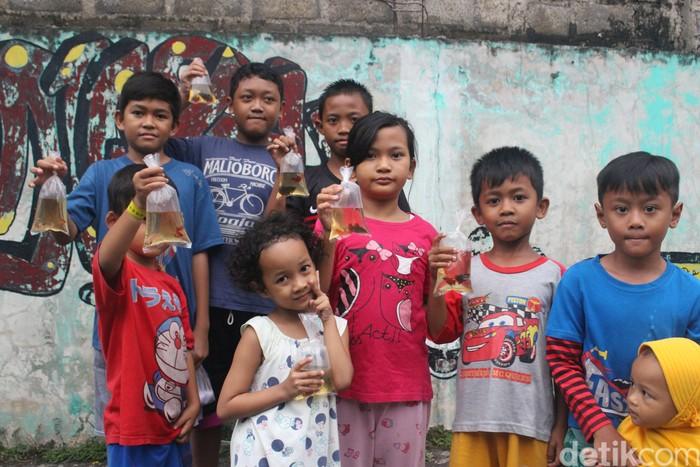 Anak-anak yang mendapatkan ikan juga mengaku senang karena mendapat banyak pelajaran baru tentang nyamuk. Foto: Kireina S. Cahyani/detikHealth
