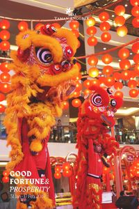 Pertunjukkan barongsai di Mall Taman Anggrek.