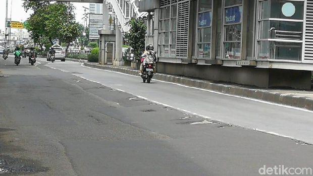 Lubang di Jalan Letjen MT Haryono makin banyak dan melebar. Kondisi ini membahayakan pengguna jalan